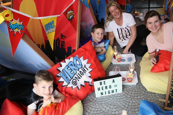 Lou Verhoeven (8), Nand Verhoeven (10), Claire Janssen en Astrid De Deyne stellen het heldenthema voor.
