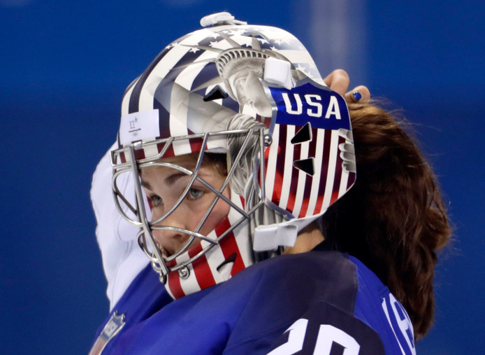 Nicole Hensley met haar helm met afbeelding van het Vrijheidsbeeld.