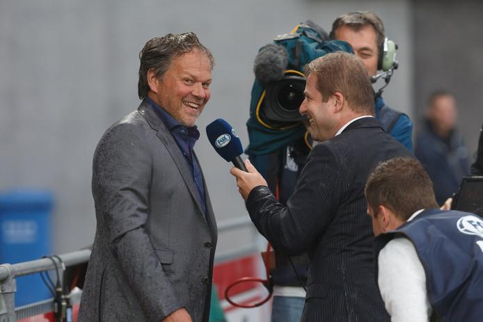 Henk de Jong, oud-trainer van SC Cambuur, kon er wel om lachen dat hij werd getroffen door een koude douche tijdens zijn voetbalanalyse voor FOX Sports in het PEC Zwolle stadion.