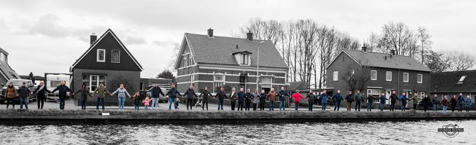 Bewoners van Geerdijk langs het kanaal.