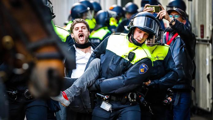 De bezetters worden door de politie het gebouw uitgehaald