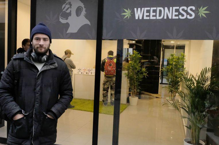 Yehudi Hellevoet bij de winkel van Weedness in de Bruul. De cannabisshop die nog maar net geopend was, is vandaag door de lokale politie gesloten en verzegeld.