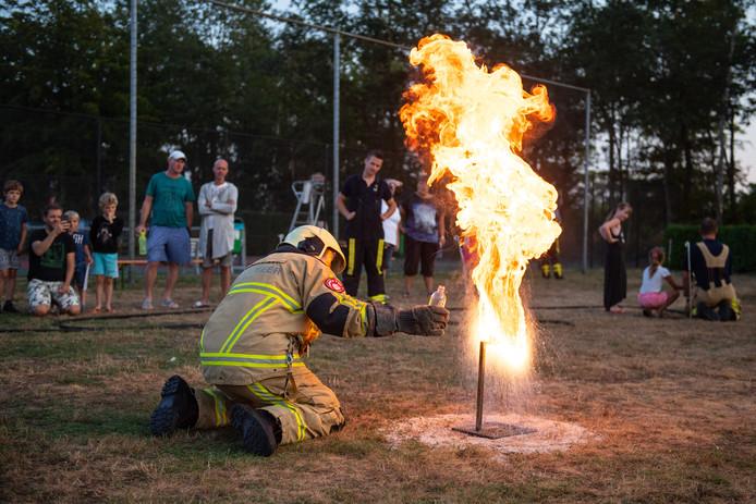 Op Camping Den Blanken houdt de brandweer een educatieve avond voor de campinggasten.
