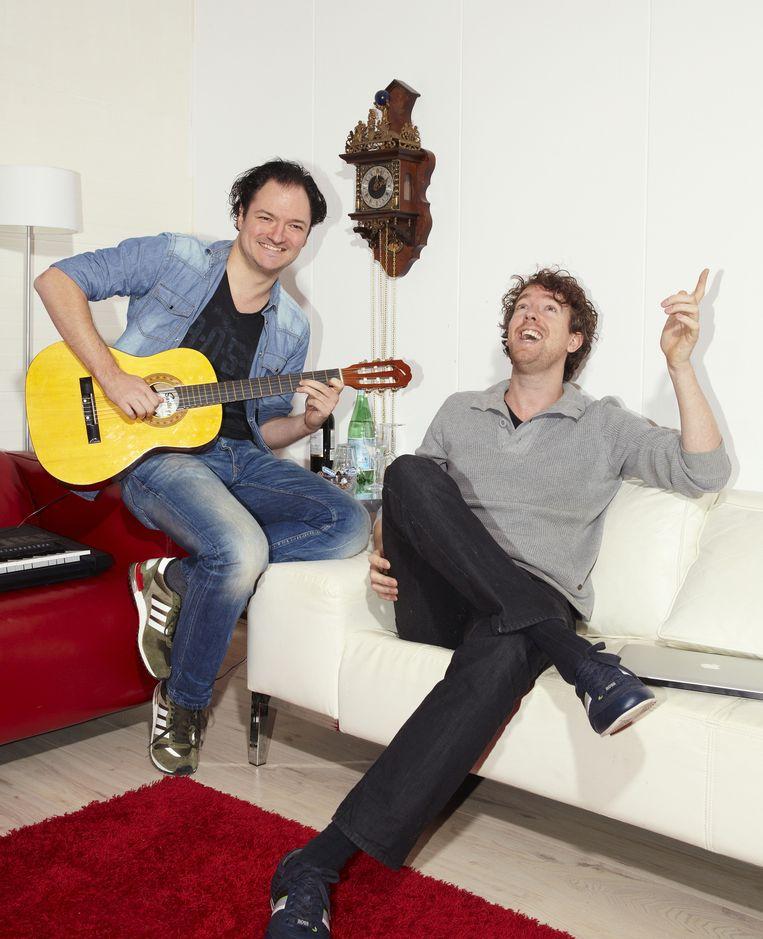 Jeroen Woe en Niels van der Laan in de kleedkamer van Studio Cé Almere, waar De Kwis wordt opgenomen. Beeld Daniel Cohen