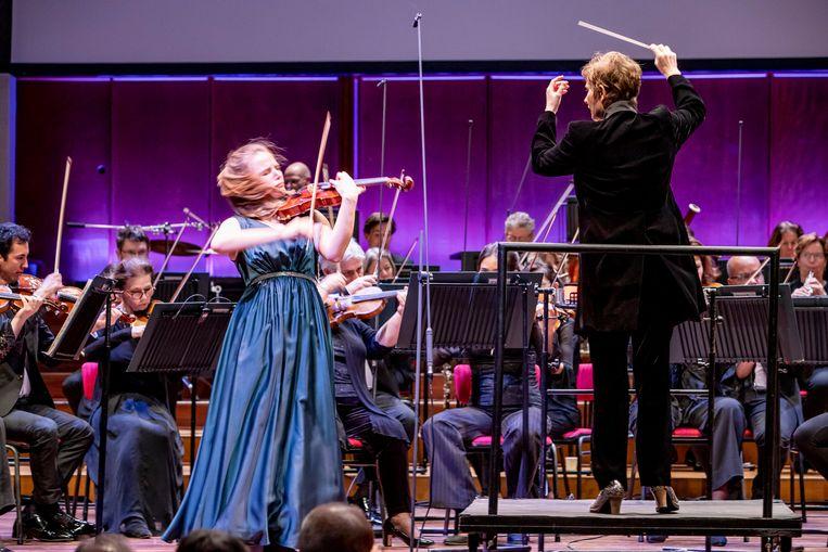 Coraline Groen op de finaleavond met het Residentie Orkest en dirigent Anja Bihlmaier. Beeld Foppe Schut