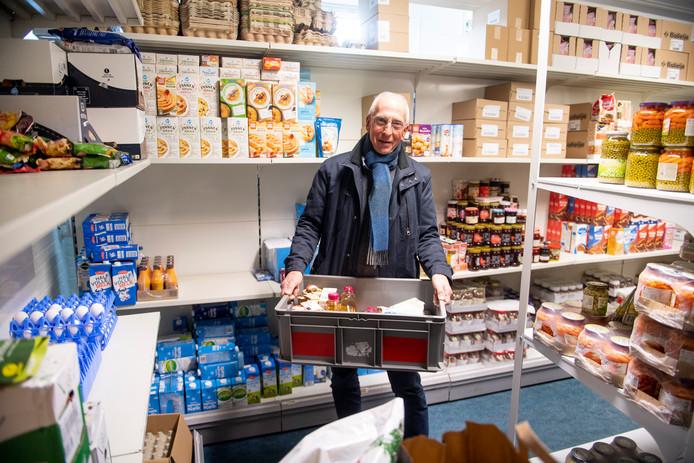 Voorzitter Piet Hofman van de Stichting Voedselbank Hellendoorn denkt dat hamsteren ertoe heeft geleid dat de voedselbank minder spullen krijgt van de supermarkten uit de gemeente Hellendoorn.