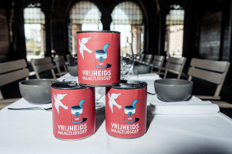 De soep van Joris Bijdendijk en Samuel Levie, het etiket is ontworpen door Piet Parra. Beeld Jakob van Vliet