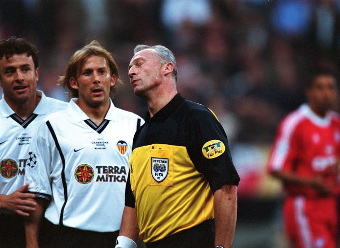 Dick Jol tijdens zijn hoogtepunt in zijn scheidsrechtersloopbaan: de Champions League-finale van 2001 tussen Bayern München en Valencia. Hier heeft Jol geen trek in een discussie met Gaizka Mendieta.