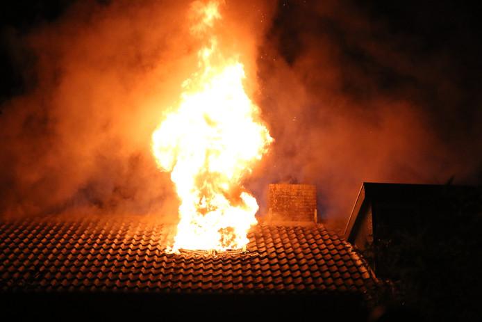 Brand op de zolder van een woning in Hellevoetsluis