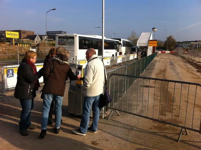 Er is een tijdelijke incheck-paal geplaatst bij de plek waar de bussen vertrekken,