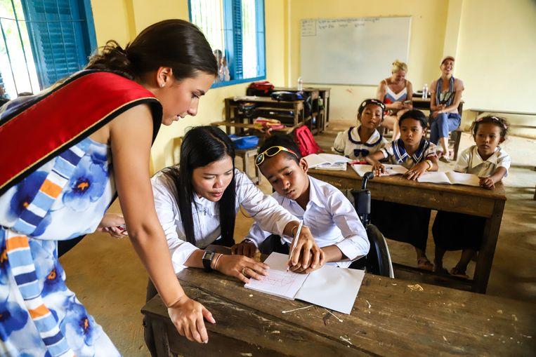 In het schooltje leerde ze de kleine kinderen Engelse woordjes en letters uit het alfabet schrijven.