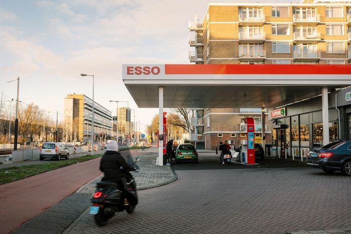 Het Esso-station aan de Meer en Vaart in Nieuw-West wordt regelmatig overvallen.