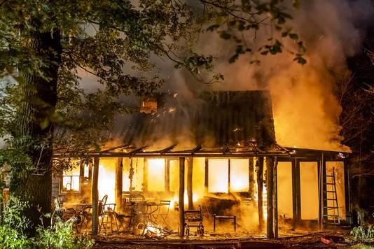 Bij een brand in een woning in het Brabantse Strijbeek zijn twee kinderen om het leven gekomen. De brand brak even voor middernacht uit in een houten woning aan de Daesdonckseweg in een bosrijk gebied.