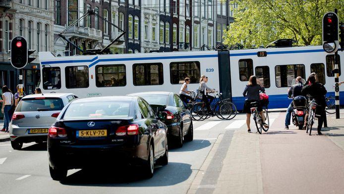 Autos rijden over de Stadhouderskade. De luchtkwaliteit in Nederland voldoet niet aan de Europese normen. De ongezondste plek van Amsterdam is de Stadhouderskade door de relatief hoge concentratie stikstofdioxide