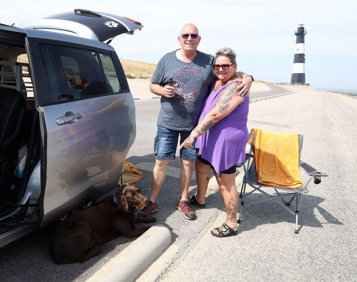 Op de Panoramaweg in Breskens nog genoeg parkeerplekken aan het strand. Uli en Elke met hun hond Lucky vonden een rustig plekje op een drukke dag.