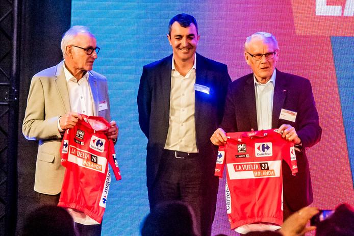 Oud-renners Joop Zoetemelk (links) en Jan Jansen met Vuelta-directeur Javier Guillen.