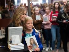 Jonge meiden in de rij in Zevenaar voor meet en greet met Sterre Koning