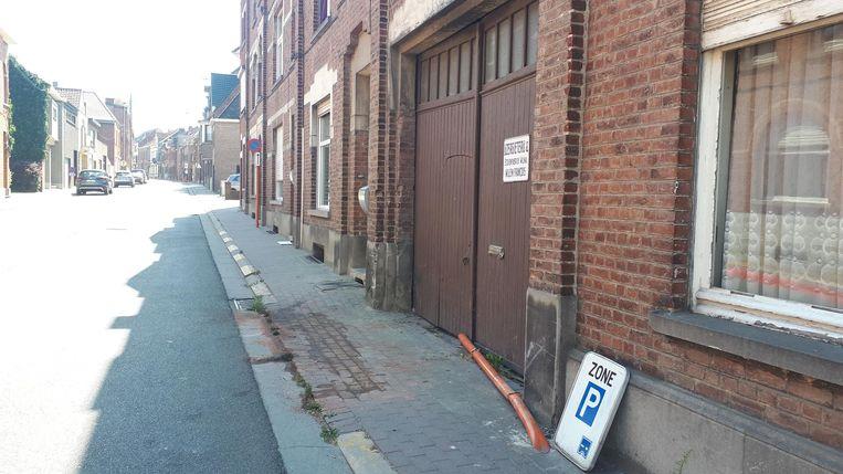 De man maaide eerst een verkeersbord weg en knalde daarna tegen de gevel.