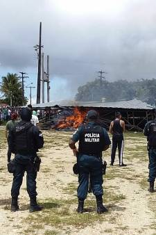 Boze omwonenden steken Venezolaanse vluchtelingenkampen in brand
