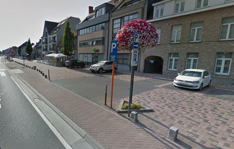De fietser werd aangereden toen de wagen op de parking wou rijden