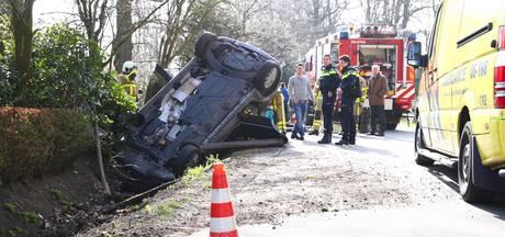 Auto op de kop in greppel in Oldebroek