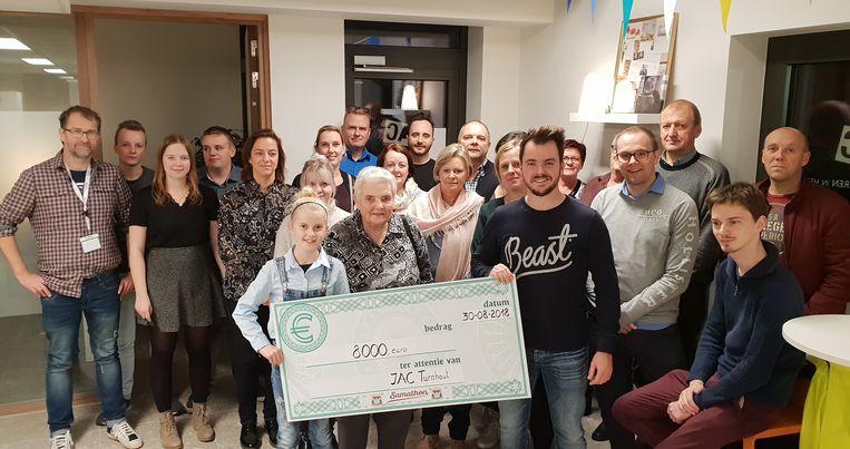De overhandiging van de cheque van 8.000 euro