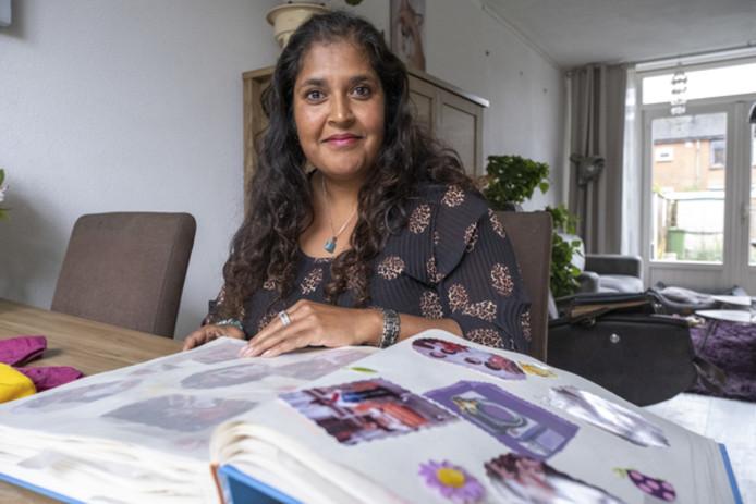 Momota van Mourik met het fotoboek dat haar (adoptie-)moeder zorgvuldig voor haar heeft bijgehouden.