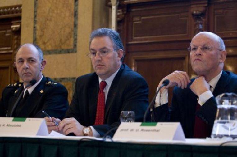 Korpschef Aad Meijboom, burgemeester Ahmed Aboutaleb en prof. Uri Rosenthal van het Instituut voor Veiligheids- en Crisismanagement COT tijdens de presentatie van het rapport over de rellen in Hoek van Holland (archieffoto 9 december 2009). ANP Beeld