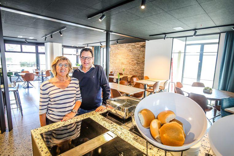 Bruno Dequeecker en Chris Van Hee in de nieuwe ontbijtzaal van hun hotel Cajou
