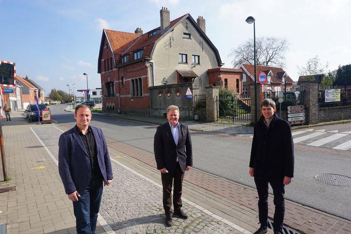 (vlnr) Schepen Gino Dumon, burgemeester Anthony Dumarey en schepen Stijn Jonckheere bij de huidige site Vanderheyde in de Ettelgemsestraat.