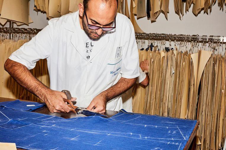 In het atelier van Attolini in Napels is urenlang handwerk voor één pak de norm Beeld Valentina Vos
