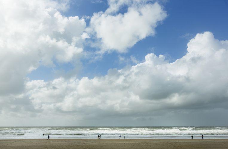 Strandgangers waaien uit op Scheveningen. Beeld ANP
