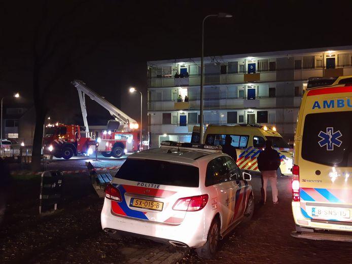 Het gebied rondom een flatgebouw aan de Mozartstraat werd donderdagavond afgezet voor sporenonderzoek. De brandweer tilde de zwaargewonde met een hoogwerker van de flatgalerij.
