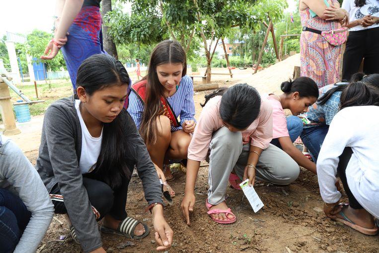 Elena proeft van de Aziatische cultuur. Ze plantte rijst met de locale bevolking.