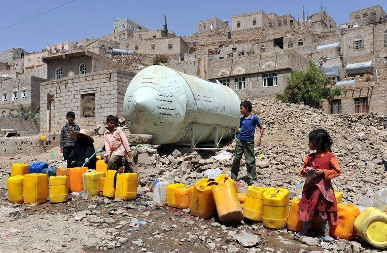 Kinderen halen water bij een tank in Sanaa. Beeld epa