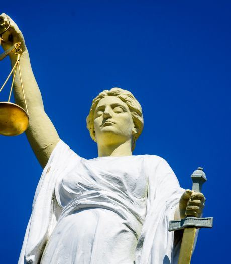 Wegpiraat (43) kan niet zonder zijn moeder en loopt weg bij rechter