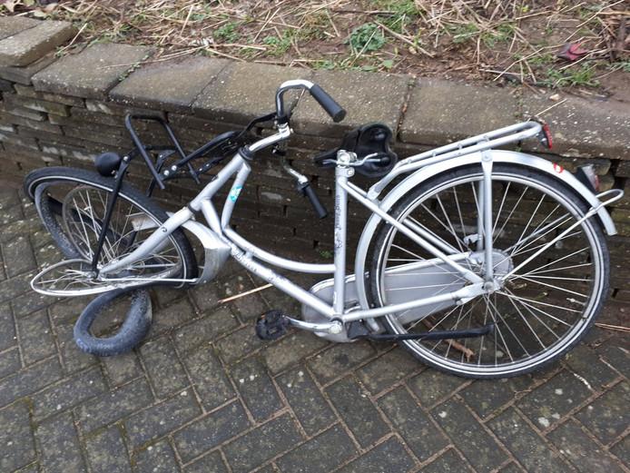 De fiets van Basma uit Doetinchem nadat er een boom is opgevallen. Te zien is dat het frame van het rijwiel aan de voorkant is gebroken.