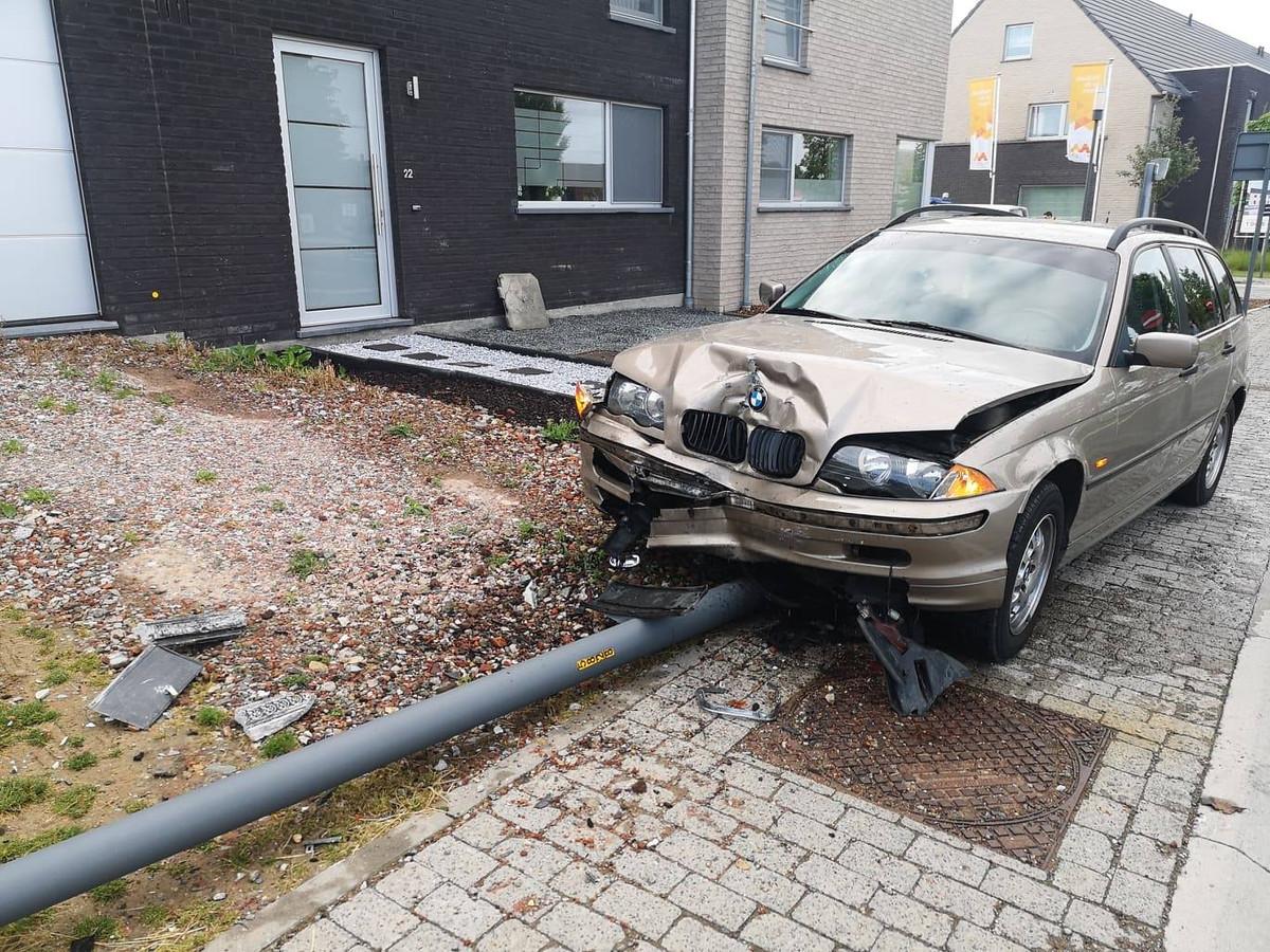 De BMW kwam tot stilstand tegen een verlichtingspaal.