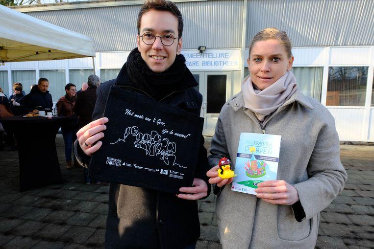 Davy Sterkens en Tessy Gorris van het participatietraject tonen wat de inwoners krijgen.