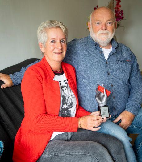 Henk en Ria van Braam zijn winnaars van Beste Buur Bokaal Hellendoorn: 'Helpen zit in ons bloed'