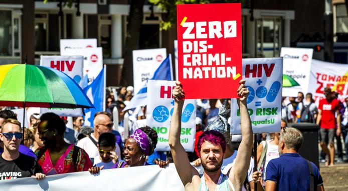 Aids-activisten liepen gisteren mee in een protestmars in Amsterdam. Daarmee vragen ze aandacht voor toegang tot hiv-medicijnen en discriminatie en stigmatisering van mensen die leven met hiv, zoals in Rusland.