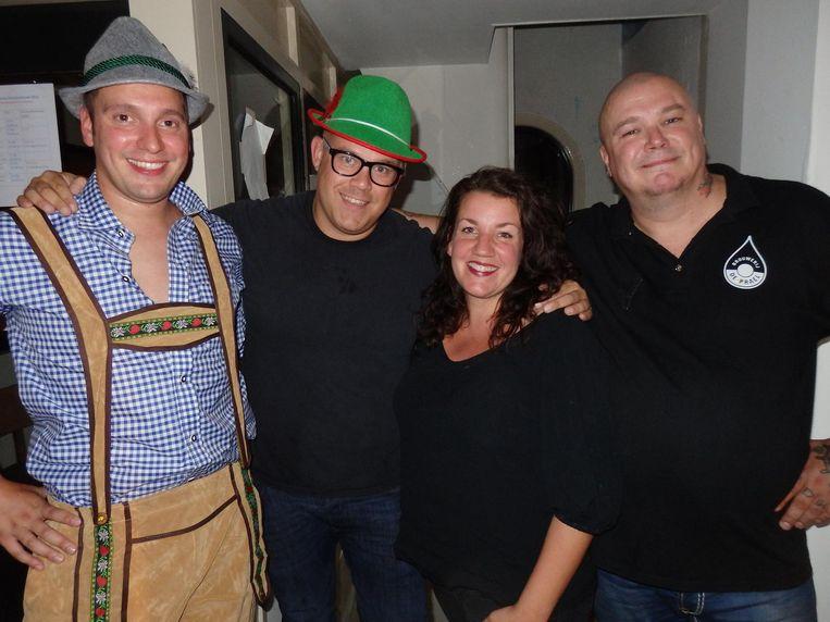 Presentator Robert Plat, dj Martin van Stuyvenberg, bedrijfsleider Eva de Vries en Nelis Rozekrans (vlnr), die vroeger portier heette, tegenwoordig terrasmanager Beeld Schuim