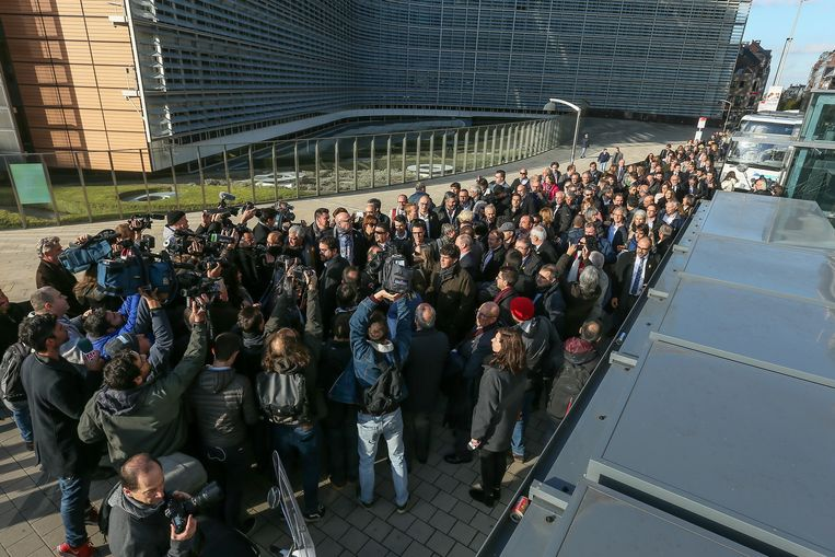 Een tweehonderdtal Catalaanse burgemeesters arriveert voor het gebouw van de Europese Commissie in Brussel.