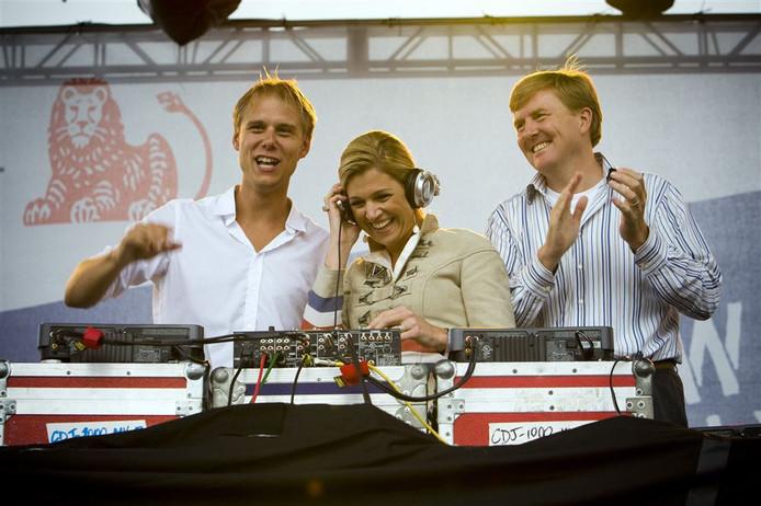 DJ Armin van Buuren op het podium met zijn verre familielid Prins Willem-Alexander en Prinses Maxima in New York, Ter gelegenheid van de viering van NY400.