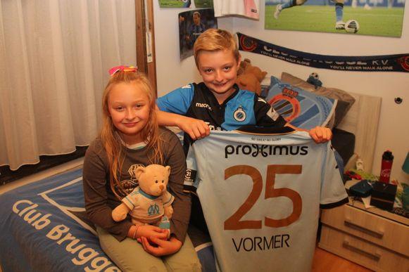 Het shirt van Ruud Vormer krijgt binnenkort een ereplekje op de kamer van Milan De Cooman (11) en Nica De Cooman (9).