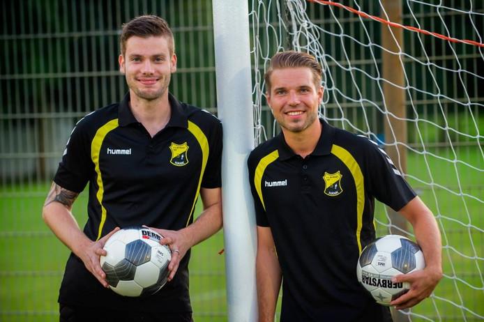 Alex Smekens (links) en Nicky Molenaar van Be Ready uit Hank spelen zondag tegen hun oude club Irene'58. foto Else Loof/Pix4Profs