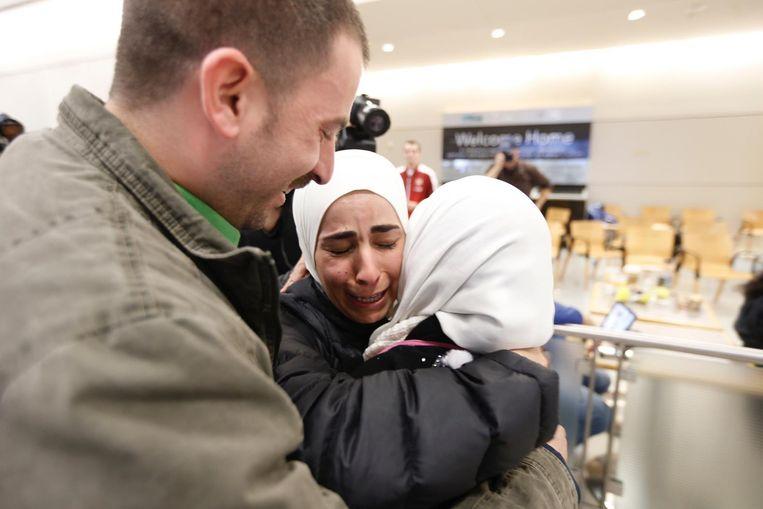 Najah Alshamieh uit Syrië (rechts) wordt verwelkomd door Mariam, haar dochter, en Hisham Yasin. Na aankomst op de luchthaven van Dallas werd zij vastgehouden door de immigratieautoriteiten. Uiteindelijk werd Alshamieh toegelaten tot de Verenigde Staten. Beeld ap