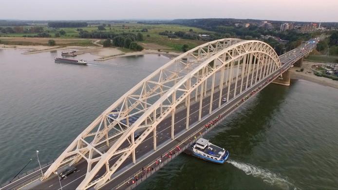 Bruggenloop Nijmegen, ook over de Waalbrug.