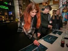 Mobieltjes verboden: op dit feest in Eindhoven worden alle telefoons afgeplakt