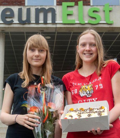 Mariska en Tamara, de cum laude tweeling: 'We hebben gewoon heel hard gewerkt'